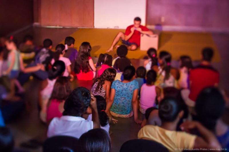 """Cena do espetáculo """"João de Barros"""", do Mamãe Tá na Plateia (foto de Marco Aurélio Prates)"""