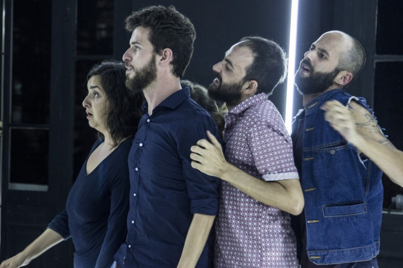 """Imagem do espetáculo """"O Leão no Aquário"""", da Minha Nossa Cia de Teatro (fotos Lauro Borges)"""